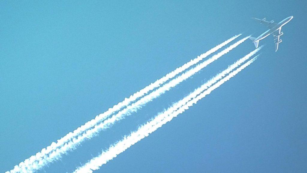 空を飛ぶエアプレーン