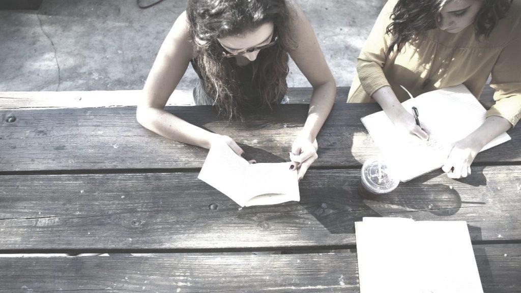 勉強する人たち