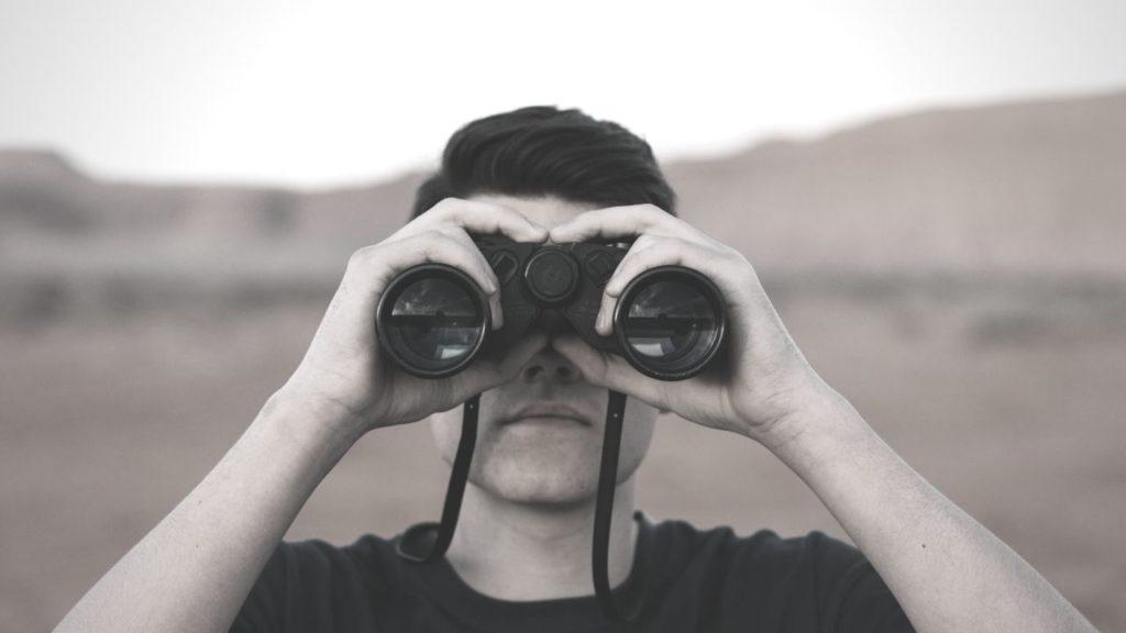 双眼鏡をのぞく人